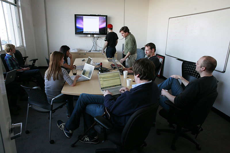 800px-Staff_meeting.jpg